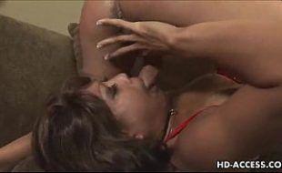 Pornoirado com a mulher se engasgando na caceta com foda
